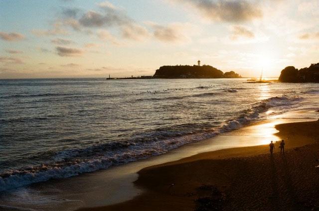 日本の渚100選のひとつ、七里ヶ浜での前撮り&フォトウェディングはドレスを着たまま海に入れるトラッシュザドレスウェディングにも対応