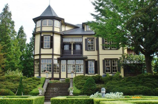 クラシカルな外観がドレスともマッチする素敵な雰囲気の西洋館。中でも「外交官の家」は広くて美しい庭園が併設され、前撮り、フォトウェディング、結婚写真の撮影にも好評