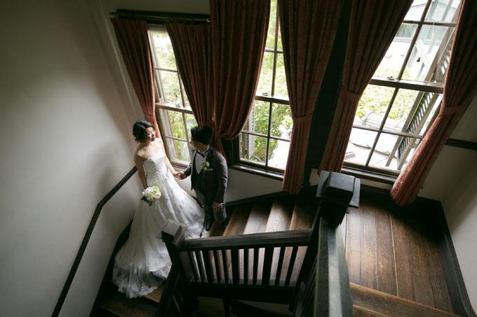ドレスを美しく見せる階段ショット