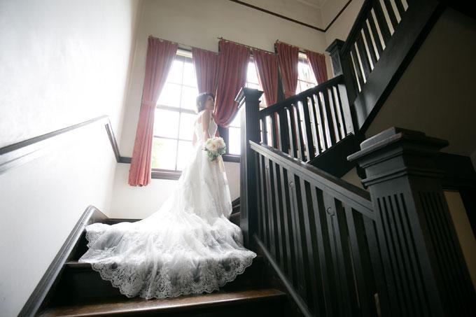 ウェディングドレスのロングトレーンが映える山手西洋館で前撮り