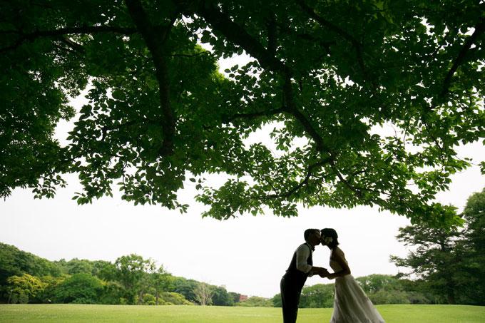 大木の木陰でシルエットショット