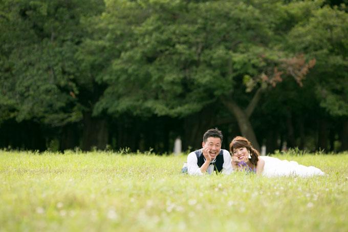 芝生に寝転んで仲良しショット