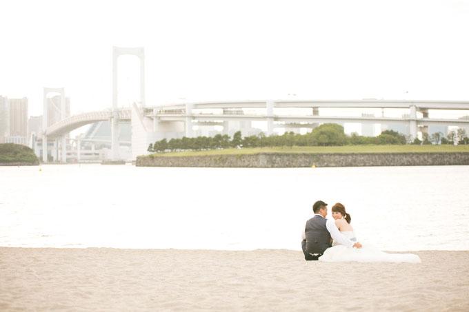 お台場海浜公園の砂浜に座っておしゃべり