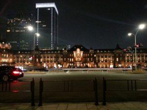 夜のイルミネーションに彩られた東京駅の丸の内駅舎でロマンチックな前撮り&フォトウェディングを