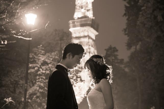 東京タワーに見守られる並木道で街灯に照らされて・・・