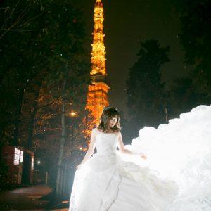 東京タワーの夜景の中でまるで映画のような写真