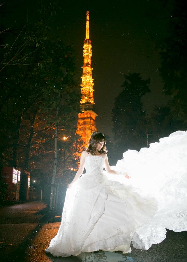 夜景の東京タワーをバックに新婦ソロショットも素敵!