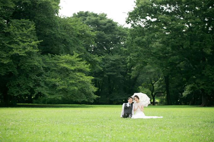 芝生の上でゆったり寛ぐ砧公園でのゆったりフォトウェディング