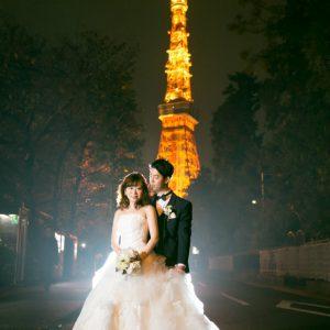 ライトアップされた東京タワーをバックに