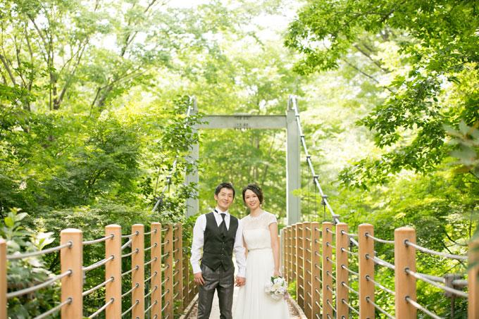 砧公園の吊り橋で木々に囲まれながら結婚写真を撮影