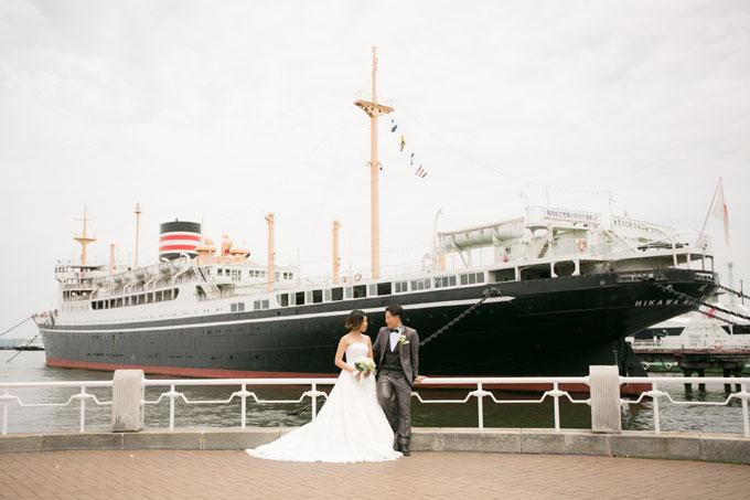 横浜港に停まる氷川丸を背景に撮影する結婚写真