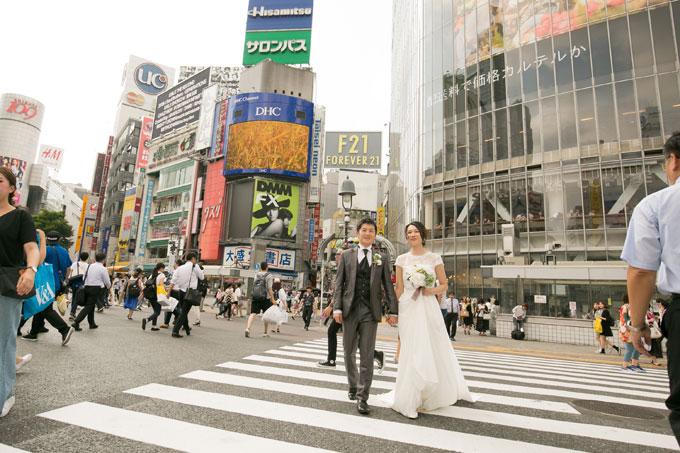 渋谷スクランブル交差点の横断歩道を渡るシーンをウェディングフォトに