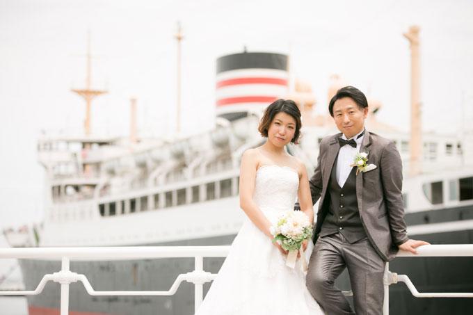 かつて北太平洋の女王とも呼ばれた大型客船氷川丸をバックに前撮り&フォトウェディング