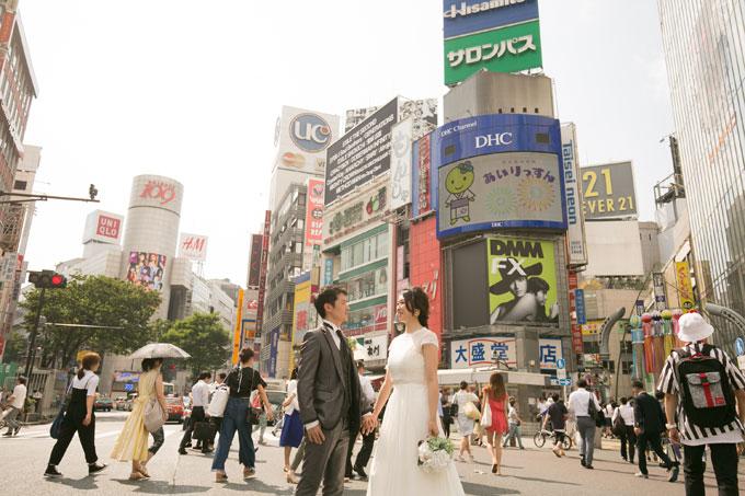 渋谷スクランブル交差点から空を見上げるウェディングフォト