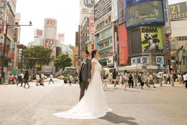 渋谷スクランブル交差点の中心で愛のウェディングフォトを撮影