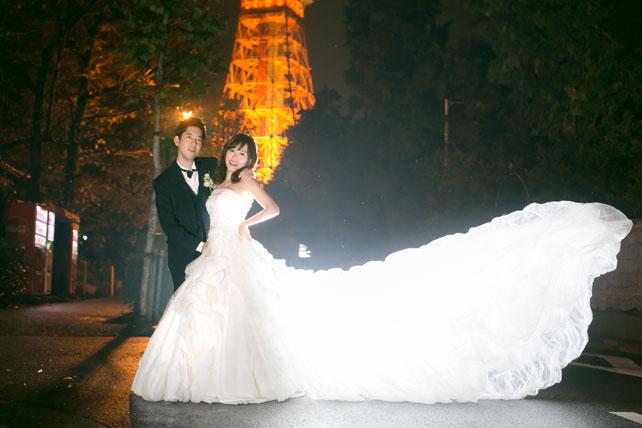 東京タワーの夜景をバックに愛を誓う