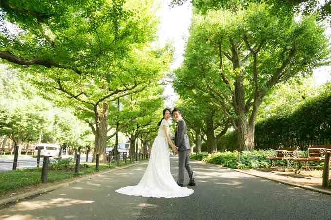 東京都内、明治神宮外苑の銀杏並木の下でウェディングフォトを