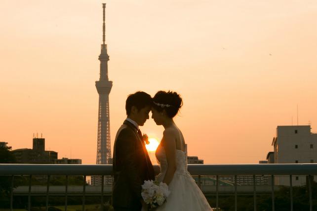 東京スカイツリーと夕日のセットがふたりのシルエットを素敵に演出