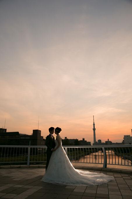 夕映えの空と風景に溶け込む東京スカイツリーをバックにして・・・