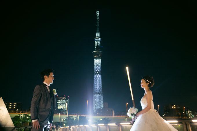 光に彩られた東京スカイツリーをバックにしたウェディングフォト