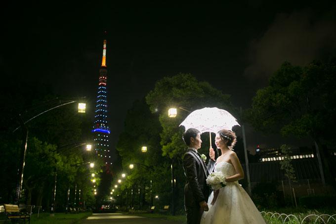 ライトアップされた東京タワーをバックにロマンチックなフォトウェディング