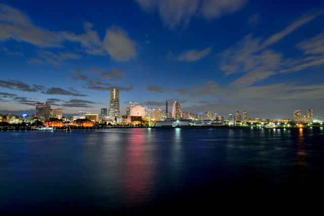 大さん橋から望む横浜港周辺の近代的な風景は夜の前撮り&フォトウェディングを煌びやかに輝かせる