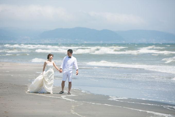 七里ヶ浜のビーチをゆったりお散歩する前撮りやフォトウェディングはオススメ