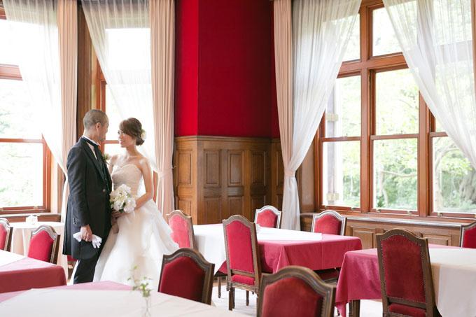 赤と白を基調とした空間での前撮り&フォトウェディングは洋館ならでは