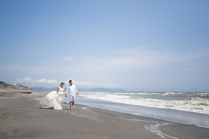打ち寄せる波を背景に七里ヶ浜で前撮りやフォトウェディングを撮影できます