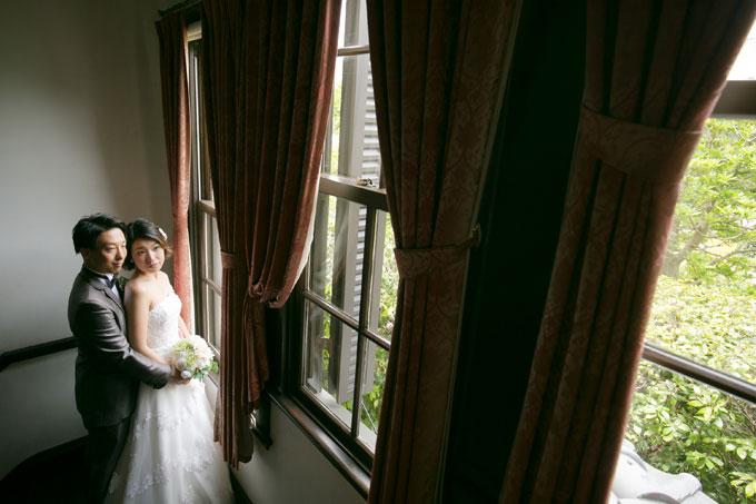 窓の外を見つめる姿がノスタルジックな雰囲気をかもし出す前撮り&フォトウェディング