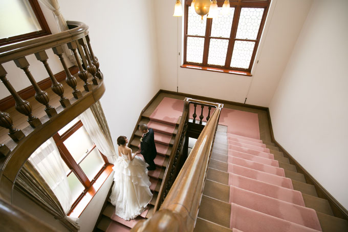 ドレスを美しく見せる階段での前撮り&フォトウェディングは、下からでも上からでも撮影OK