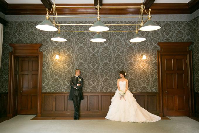 部屋と部屋の間でふたりがみつめあう前撮り&フォトウェディング