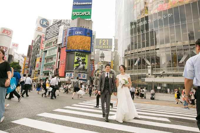 人が行きかう渋谷スクランブル交差点で非日常的なロケーションフォトを