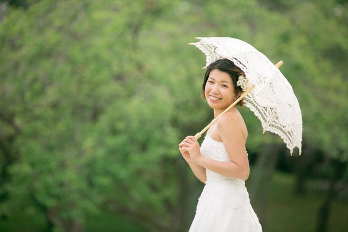 根岸森林公園の緑を背景にして、日傘をさした花嫁のソロショットが美しい前撮り&フォトウェディング