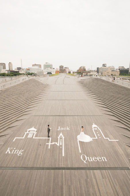 大さん橋のウッドデッキにある横浜三塔は前撮り&フォトウェディングを大さん橋でするなら外せないスポット