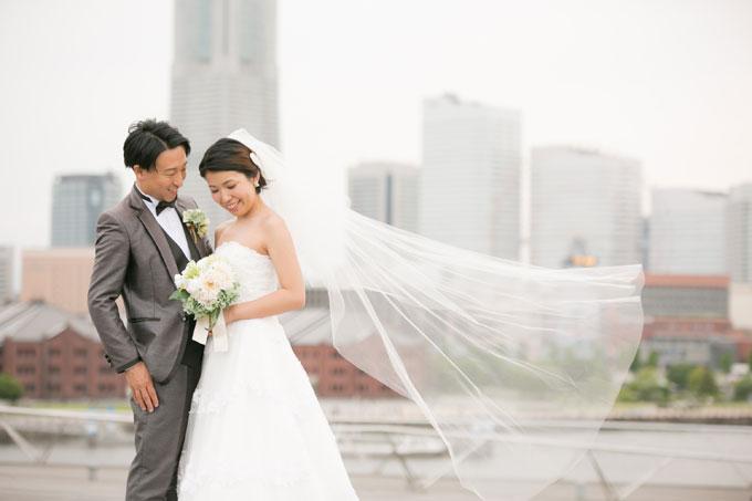 浜風と呼ばれる海からの風が前撮り&フォトウェディングで花嫁のベールをふんわりとなびかせる
