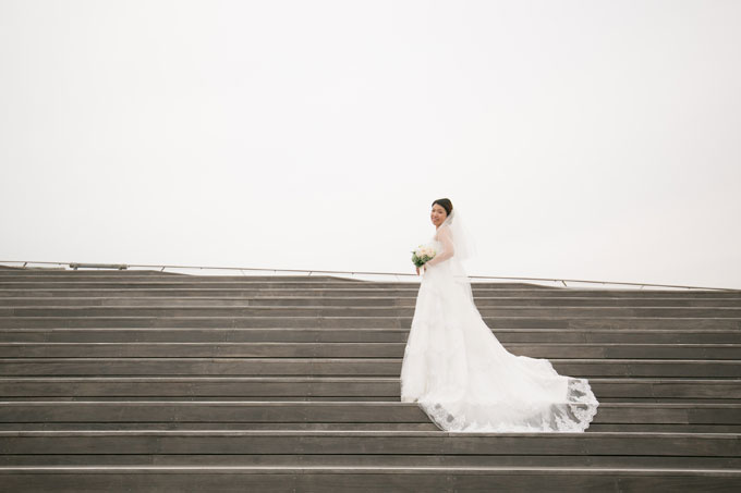 大さん橋の階段を使えばトレーンが長いドレスの前撮りやフォトウェディングも美しく演出できる