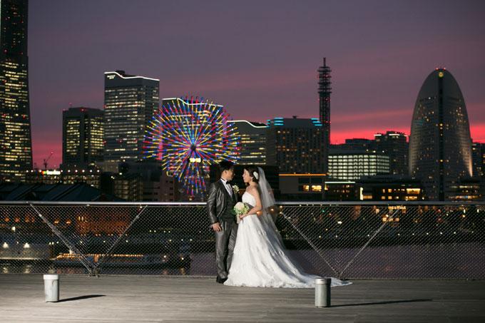 横浜のビル街は大さん橋から見て西側なので前撮り&フォトウェディングの背景をより美しく演出してくれます