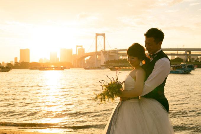 レインボーブリッジと品川埠頭のバックに沈んでいく夕日がふたりの前撮り&フォトウェディングを美しく彩ってくれる