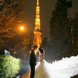光輝く東京タワーの元、向かい合うふたり