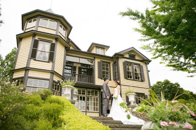 山手西洋館、外交官の家の前で結婚写真を撮影