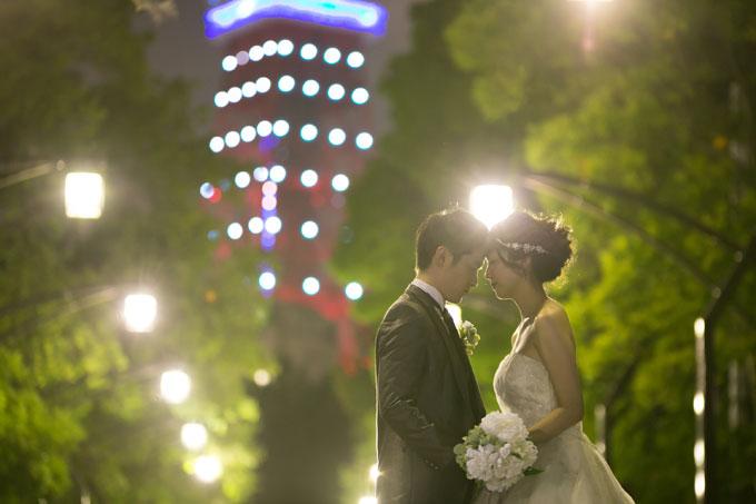 東京タワーのブルーの電飾をバックに愛を誓う