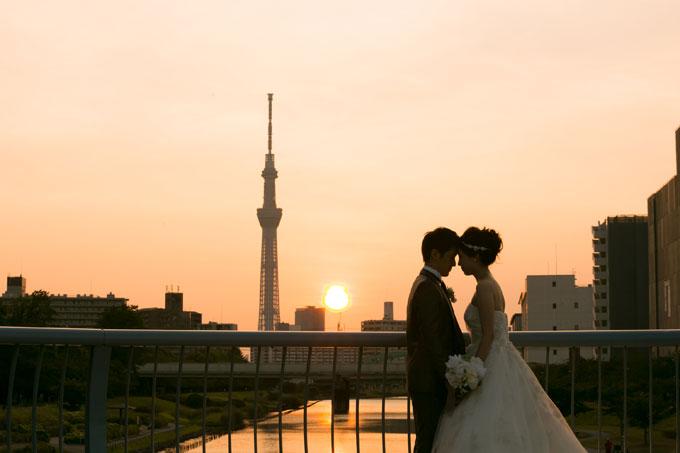 東京スカイツリーと夕日が見える橋の上で前撮り&フォトウェディング