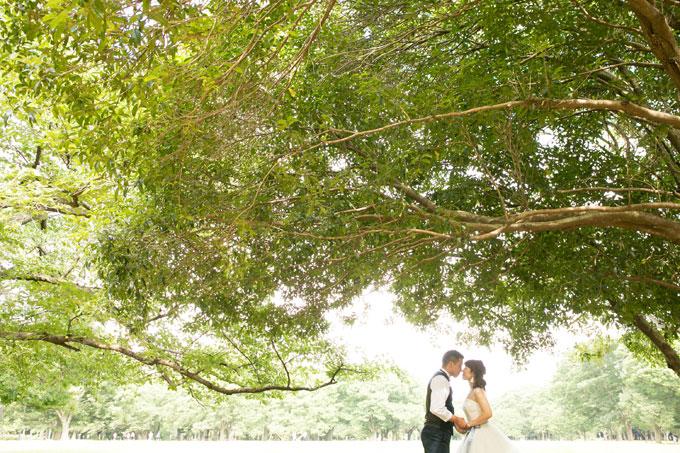 代々木公園の大木の下で鼻同士のキスショット