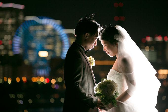 煌びやかなビル群の明かりを浴びながらロマンチックなフォトウェディング